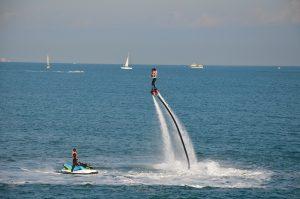 บินให้สูงไปกับ Flyboard กีฬาเอ็กซ์ตรีมที่จะพาคุณไปฉีกกฎแรงโน้มถ่วง